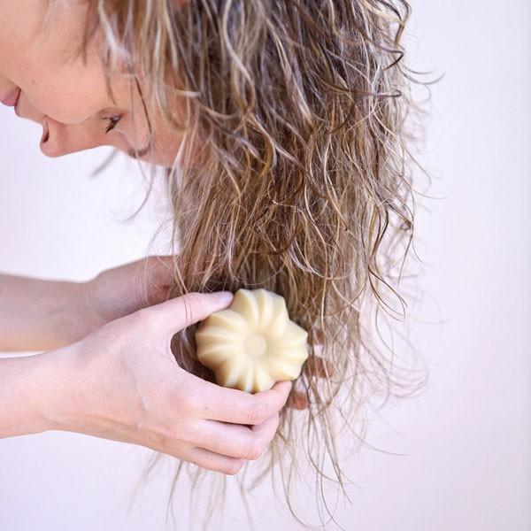 Utilisation de l'après shampooing solide bio vanille Lamazuna
