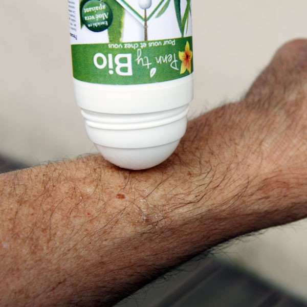 Application du roller anti-insectes Penntybio sur la peau bio