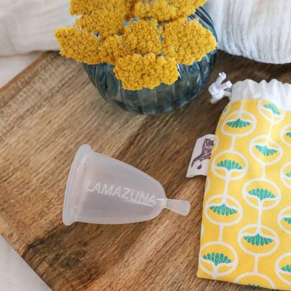 Cup féminine avec pochette en coton bio - Lamazuna - Image d'ambiance