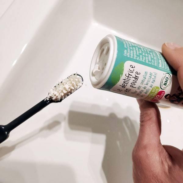 Application du dentifrice en poudre Anaé sur la brosse à dents