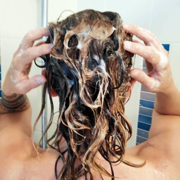 Application du shampooing en poudre Anaé - Vue 1