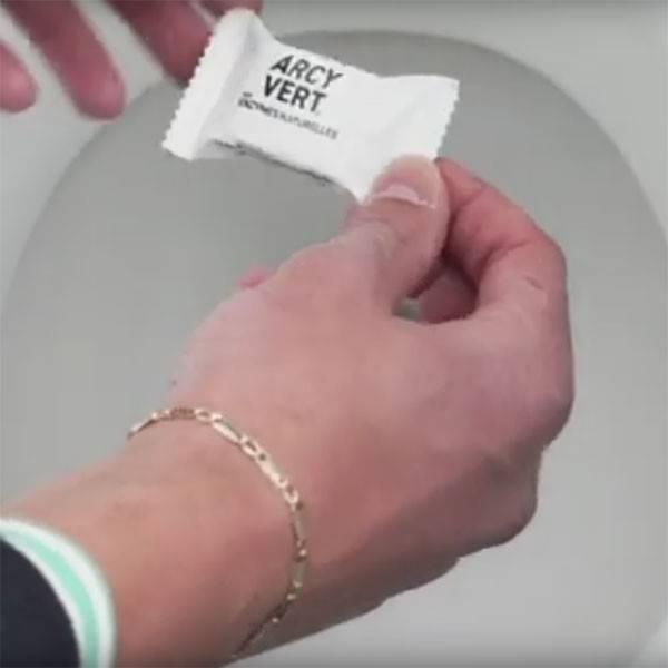 Utilisation d'une tablette WC détartrante effervescente Arcyvert - Vue 1