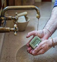 Se laver les mains avec du savon de Marseille