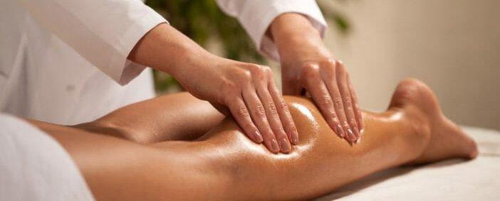 Massage des jambes lourdes à base d'une huile de soins bio