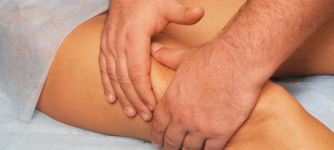 Massage du corps à base d'une huile de soins bio pour le drainage et l'effet peau d'orange
