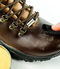 Entretenir ses chaussures avec de la cire d'abeille