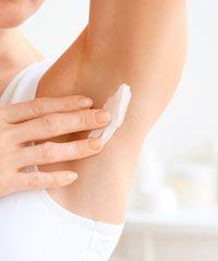 Application du déodorant crème de soin Cosmo Naturel