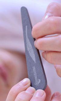 Se limer les ongles avec une pierre naturelle