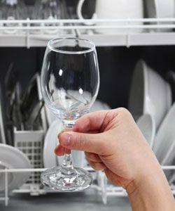 Supprimer les traces blanches de calcaire sur sa vaisselle