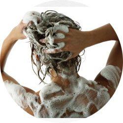 Utiliser un shampooing en poudre